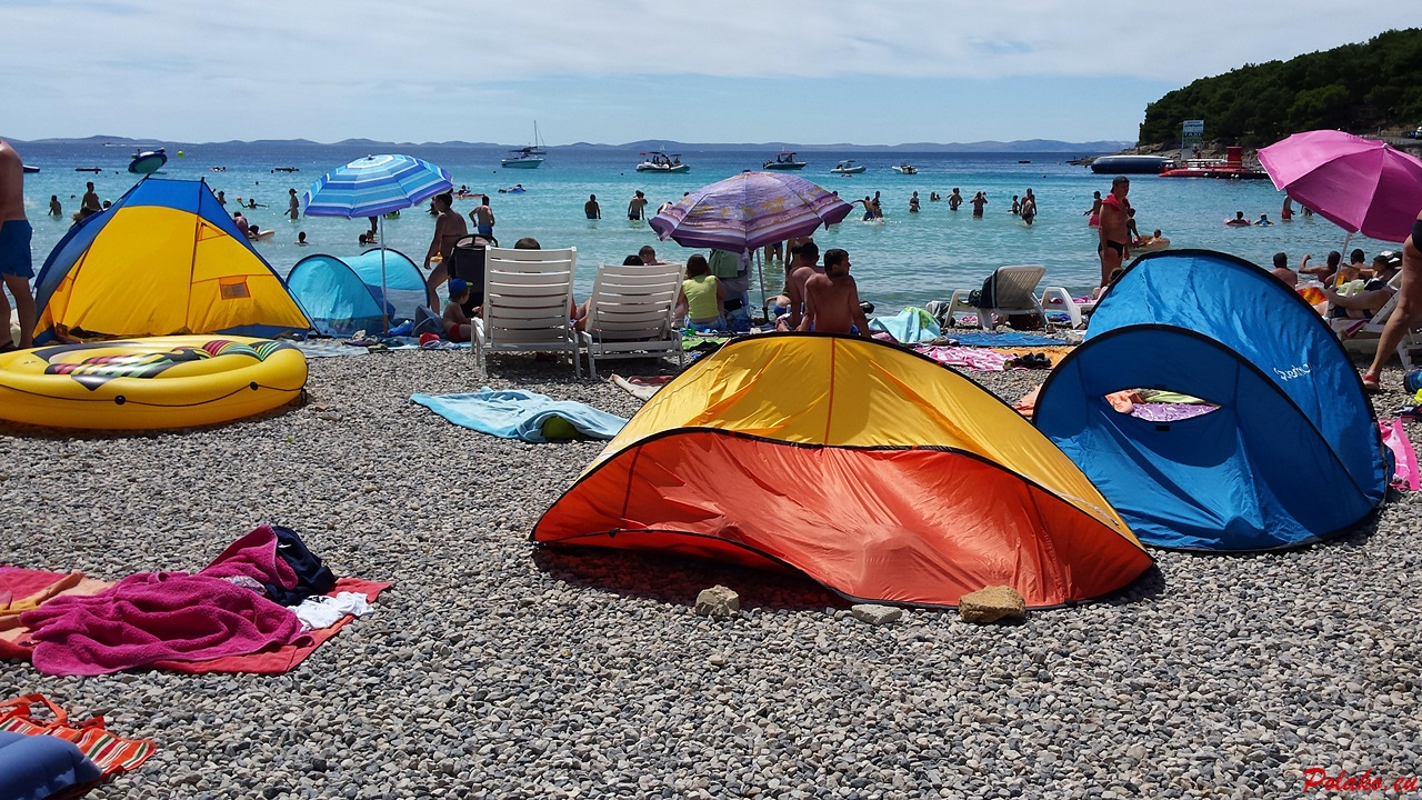 Popularna plaża Slanica nawyspie Murter - piasek czykamienie?