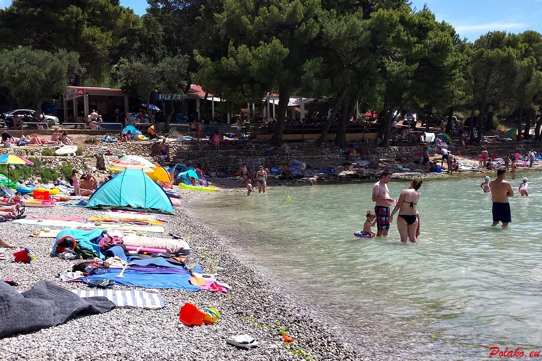 Plaża Slanica na wyspie Murter - piasek czy kamienie?