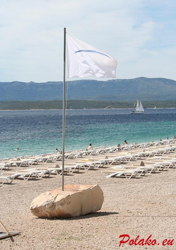 Biała flaga na plaży Zlatni Rat